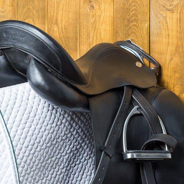 Sattelhalter klappbar in der Stallgasse eine sichere Alternative